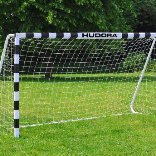 1 stk Stadion Mini Fodboldmål 300cm. Et super lækkert fodboldmål fra tyske som er 3 meter bredt og som står rigtig stabilt i haven. Solid 30 x 60 mm stålramme med polyesterovertræk hvor på nettet er monteret.