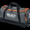 Praktisk og rummelig sportstaske hvor du nemt kan opbevare dit træningstøj, fodboldstøvler og andet fodboldudstyr, som skal bruge til træning eller kamp. Der er hjul og trækhåndtag på tasken.