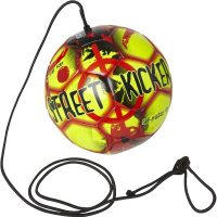 Select Street Kicker fodbold er en smart trænings fodbold med en lang elastisk line. Med street kicker bolden kan du lave og træne tekniske færdigheder. Brug den i fodboldklubben, skolen eller hjemme i haven.